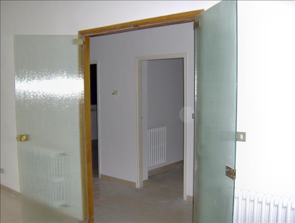 Vendesi appartamento al piano primo di 120 mq in piccola palazzina con ingresso indipendente e garage