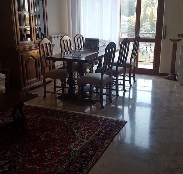 Vendesi appartamento in zona centrale Via di Vittorio di circa 135 mq al terzo piano con ascensore in ottimo stato.