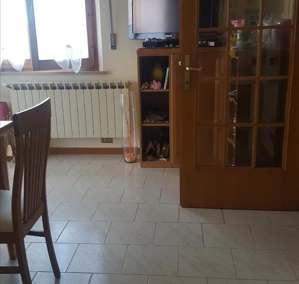 Vendesi appartamento in ottimo stato di 110 mq circa con giardino e garage.