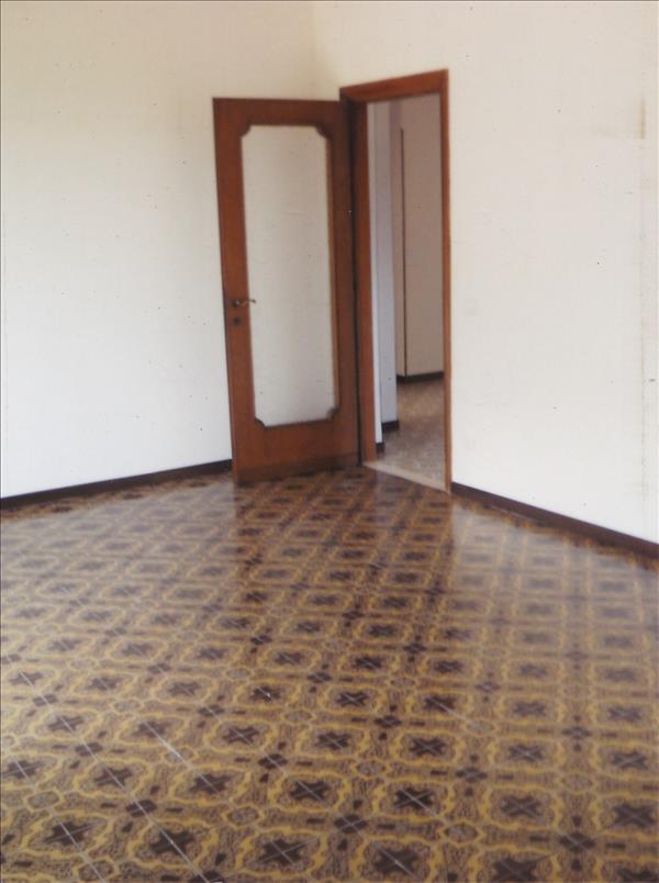 Vendesi appartamento di circa 132 mq a piano primo con for Appartamento garage a piano singolo
