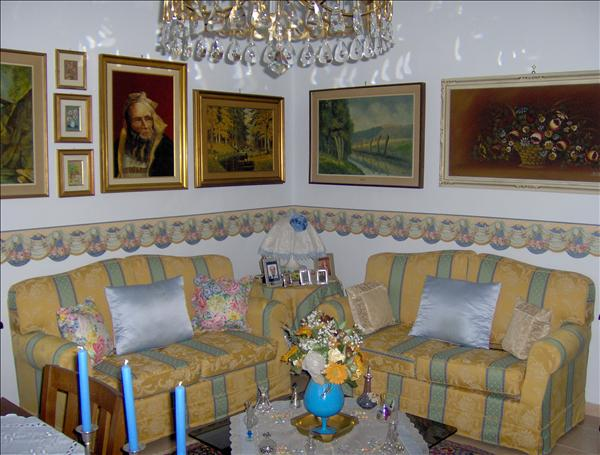 Vendesi appartamento di circa 120 mq al secondo piano con ascensore in zona centralissima-Ric.198.000 euro tratt.