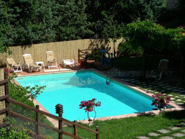 Vendesi villa in bifamiliare di circa 120 mq su tre livelli con ampio giardino e piscina