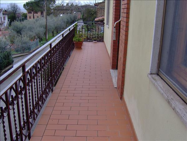 Vendesi casa indipendente di circa 140 mq su due livelli con 2100 mq di terreno