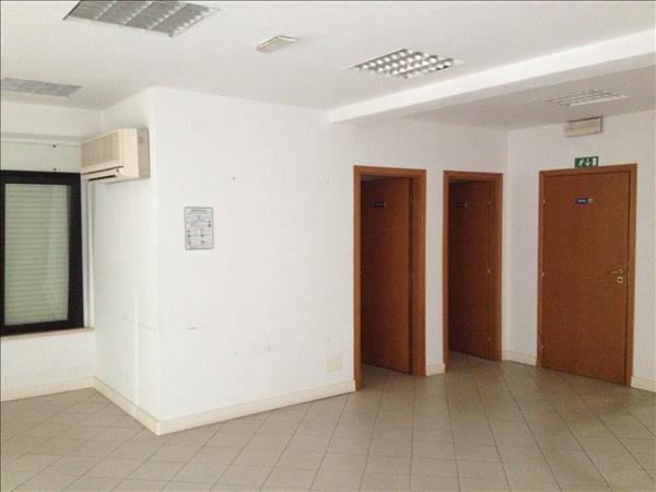 Vendesi ufficio centralissimo di 130 mq a piano terra rialzato