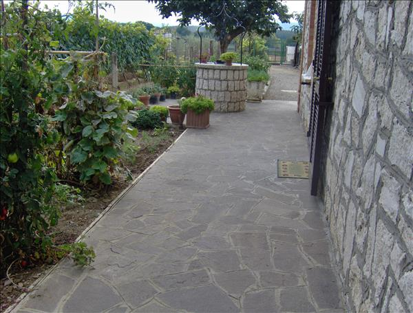 Vendesi casa indipendente di circa 240 mq su due livelli in ottima posizione con ampio terreno annessi e garage.