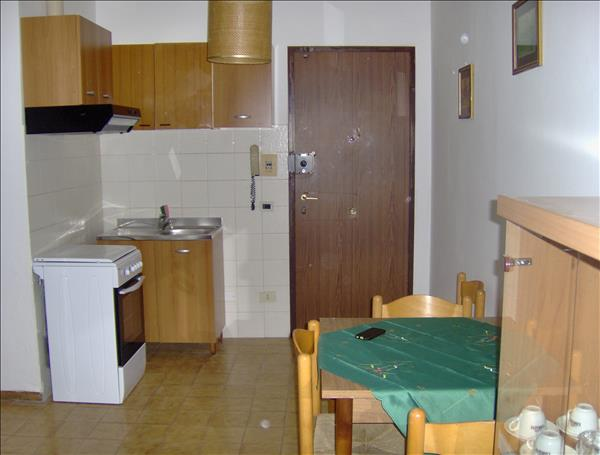Vendesi appartamento di circa 35 mq a piano primo  con posto auto interno e cantina