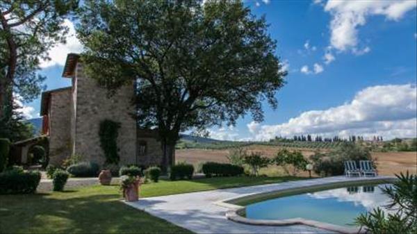 Vendesi casa di campagna in pietra completamente ristrutturata di 650 mq con giardino di 10000 mq con piscina