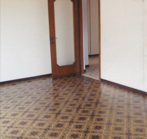 Vendesi appartamento di circa 132 mq a piano primo con ascensore garage di 21 mq e cantina.