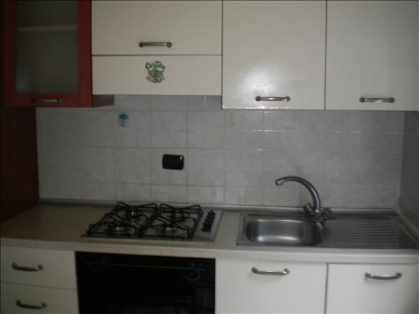 Vendesi appartamento di circa 80 mq a piano primo completamente ristrutturato in piccola palazzina a 5 minuti a piedi da Piazza Italia