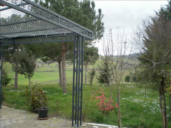 Vendesi struttura agrituristica con 20 ettari di terreno e piscina