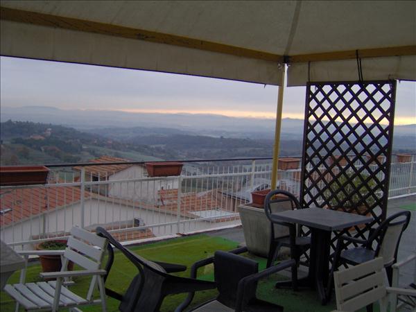 Vendesi attico centrale di circa 110 mq con terrazzo panoramico di circa 100 mq.