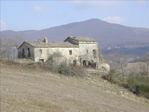 Vendesi casale in pietra da ristrutturare in edificio risalente al 1800 in posizione panoramica suula Val'd'Orcia-310 mq -11 ettari di terreno